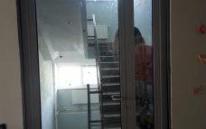 установили стеклянные двери