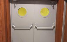 двупольная дверь с круглым окном